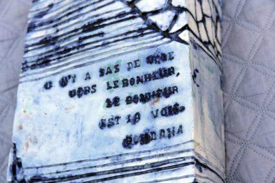mimo-tsémé sculpture colonne texte bouddha