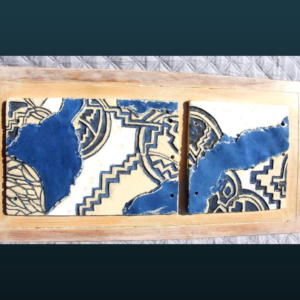 Sculpture SC114 – Plaques émail gravées sur fond bois patiné